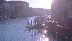Grand Canal de Veneza da ponte de Rialto video estoque