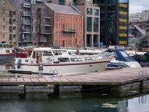 Grand Canal -Dok, Dublin Ireland op een de zomerdag met boten royalty-vrije stock afbeelding