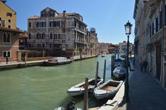 Grand Canal em Cannareggio com os barcos bonitos amarrados em sua costa em Veneza Curso, feriados, arquitetura 28 de março de 201 foto de stock royalty free
