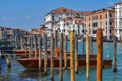Grand Canal i Venedig fartygparkering arkivbild