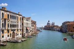 Grand Canal i Venedig på middagar med St Mary av den vård- basilikan i Italien royaltyfria bilder