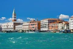 Grand Canal i Venedig under den blåa himlen Arkivbilder
