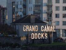 Grand Canal koppelt Zeichen am Eingang von Grand Canal -Dock in Dublin, Irland an lizenzfreies stockbild
