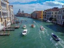 Grand Canal med basilikadi Santa Maria della Salute i Venedig, Italien arkivfoton