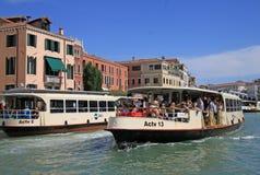 Grand Canal med vaporettohavsspårvagnar italy venice Royaltyfria Bilder
