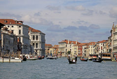 Grand Canal med vaporettohavsspårvagnen och gondoler italy venice Arkivbilder