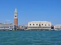 Grand Canal met St merkt Campanile klokketoren en Palazzo Ducale, Dogepaleis, in Venetië, Italië royalty-vrije stock afbeeldingen