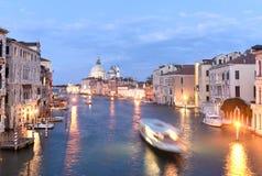 Grand Canal mit Basilika Santa Maria della Salute nachts, Ven stockfotos