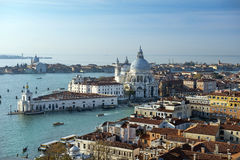 Grand Canal och basilika Santa Maria della Salute i Venedig Royaltyfri Bild