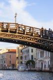 Grand Canal Ponte dell` Accademia, tappningbyggnader, parkerade fartyget på marina, Venedig, Italien Arkivbilder