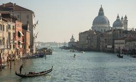 Grand Canal & Santa Maria de la Salute från den Accademia bron arkivbilder