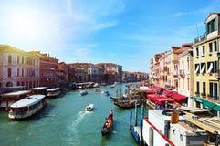 Grand Canal som ses från den Rialto bron i en solig dag med med färjor och gondoler, Venedig, Italien sommar 2016 Arkivfoto