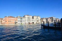 Grand Canal und die alten Gebäude nahe der Accademia-Brücke in Venedig Stockfoto