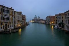 Grand Canal und Heilige Maria der Gesundheit schossen vom ` Accade Ponte-engen Tals Lizenzfreies Stockbild