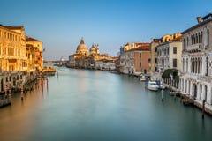Grand Canal und Santa Maria della Salute Church von Accademia Stockfotos