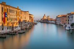 Grand Canal und Santa Maria della Salute Church von Accademia Lizenzfreies Stockfoto