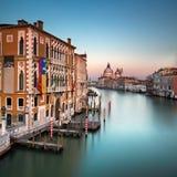 Grand Canal und Santa Maria della Salute Church von Accademia B Stockfoto