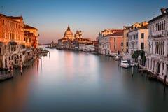 Grand Canal und Santa Maria della Salute Church von Accademia B Stockfotografie