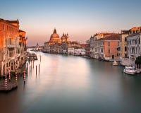 Grand Canal und Santa Maria della Salute Church von Accademia B Stockfotos