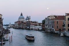 Grand Canal van Venetië bij Schemering, met La-Begroeting, Maan, en Veerboot Royalty-vrije Stock Foto's