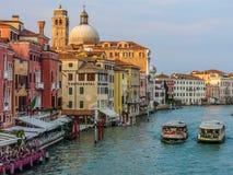 Grand Canal Venecia con dos autobuses del agua Imágenes de archivo libres de regalías