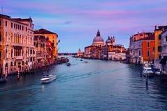 Grand Canal in Venedig, Italien nachts stockbild