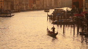Grand Canal in Venetië bij zonsondergang stock videobeelden