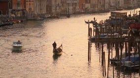 Grand Canal in Venetië bij zonsondergang stock video