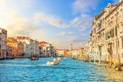 Grand Canal in Venetië, mening van vaporetto op Rialto Bri stock afbeelding