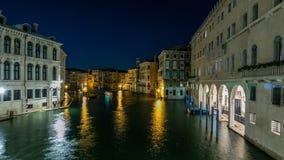 Grand Canal in Venetië timelapse, Italië bij nacht stock video
