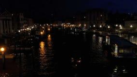 Grand Canal a Venezia, vista di notte dal ponte video d archivio