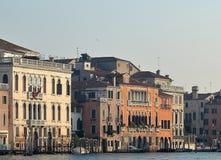 Grand Canal -Weinlesegeb?ude parkten Boote am Jachthafen in Venedig lizenzfreie stockbilder