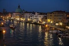 Grand Canal y basílica Santa Maria della Salute, Venecia, en la noche Fotos de archivo libres de regalías