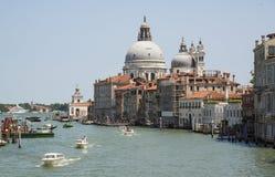 Grand Canal y la basílica de Santa Maria della Salute, VE Foto de archivo