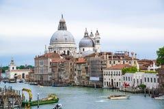 Grand Canal y la basílica de Santa Maria della Salute, VE Imagen de archivo
