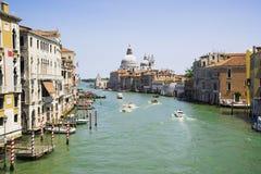 Grand Canal y la basílica de Santa Maria della Salute, VE Imagen de archivo libre de regalías
