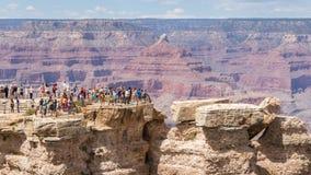 GRAND CANYON, ARIZONA, USA-AUGUST 9,2014: La gente disfruta de la visión o Foto de archivo libre de regalías