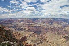 Grand Canyon avec le ciel bleu et le ciel nuageux Photographie stock libre de droits