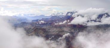Grand Canyon de niebla Imagenes de archivo
