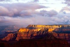 Grand Canyon i strålarna av resningsolen royaltyfri fotografi