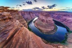 Grand Canyon med Coloradofloden som lokaliseras i sida, Arizona, USA arkivfoton