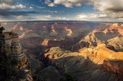 Grand Canyon med fluffiga moln Arkivfoton