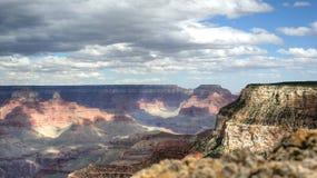 Grand Canyon mit bewölkten Himmeln Stockfotografie