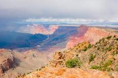 Grand Canyon nationalpark med en regnbåge, når att ha regnat royaltyfri bild