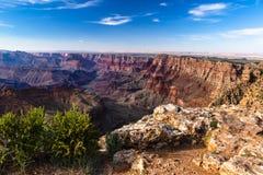Grand Canyon orientale al tramonto Rocce ed alberi in priorità alta; pareti di canyon ed il fiume Colorado nel fondo Immagine Stock Libera da Diritti