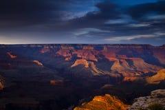 Grand Canyon på skymningen Arkivbilder