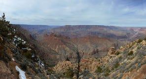 Grand Canyon -Panoramablick mit Klippen mit Schnee auf Vordergrund lizenzfreie stockfotografie