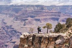 Grand Canyon -portret van het wandelaar het jonge paar Stock Afbeelding