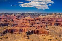 Grand Canyon scenisk sikt med blå himmel och moln Fotografering för Bildbyråer