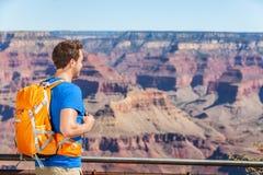 Grand Canyon som fotvandrar den turist- mannen med ryggsäcken Arkivfoto